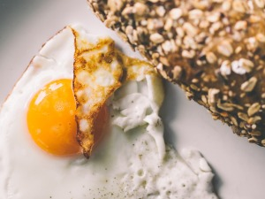 Crispy fried egg with whole grain bread